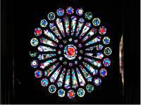 Das bunte Rosettenfenster oberhalb der Orgelbühne