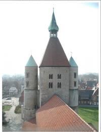 Blick auf den viereckigen Mitteltum mit runden Treppentürmen