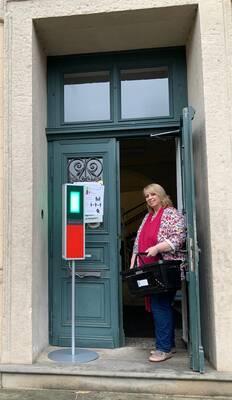 Mitarbeiterin Sabine Mense freut sich auf die Wieder-Öffnung der Stadtbücherei.