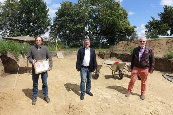 Bürgermeister Axel Linke mit den Archäologen der LWL-Archäologie für Westfalen.
