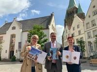 Vorstellung der neuen Stadtbroschüre: Claudia Körk (Teamleitung Tourismus), Bürgermeister Axel Linke, Cornelia Köster (Pilotfisch)