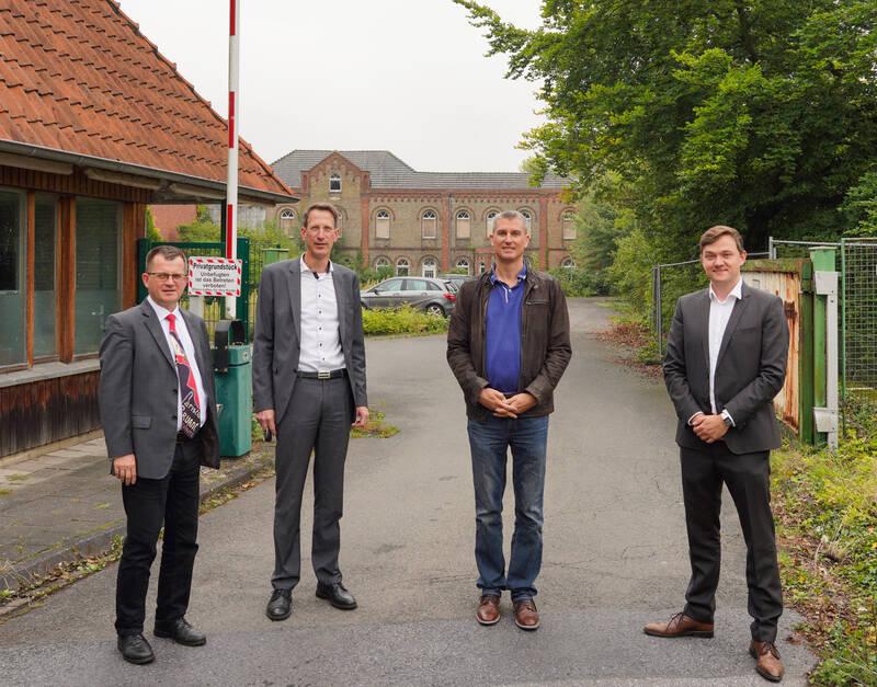 Baudirektor Peter Pesch, Dr. Bernd Köster (Sachgebietsleiter Recht und Liegenschaften), Arning-Geschäftsführer Oliver Hock, Bürgermeister Peter Horstmann