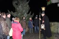 Gäste begleiten den Nachtwächter in Warendorf