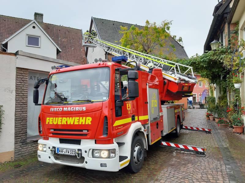 Mit Unterstützung der Feuerwehr wurden erste Nistkästen für Mauersegler aufgehängt