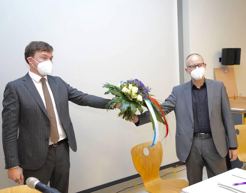 Blumen zur Wiederwahl für Dr. Martin Thormann