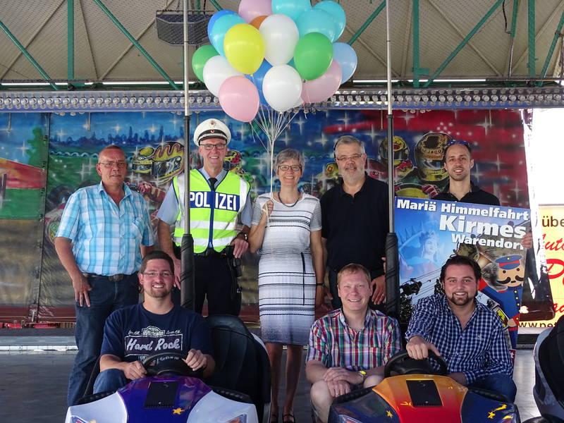 Vertreter von Ordnungsamt, Stadtmarketing und Kreispolizeibehörde freuen sich zusammen mit den Schaustellern auf die Eröffnung der Kirmes!