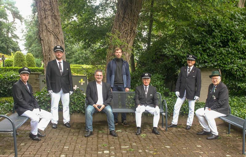 Bürgermeister Axel Linke mit Vertretern der Soldatenkameradschaft und des Bürgerschützenvereins