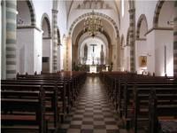 Ein Blick in der Innere der Kirche erweckt den Eindruck einer romanischen Basilika