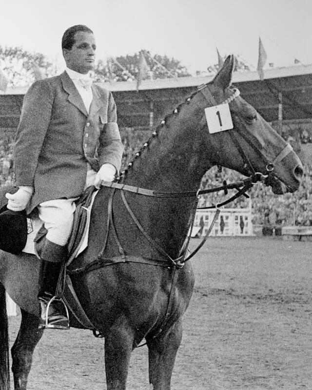 Hans Günter Winkler 1956 bei der Siegerehrung in Stockholm