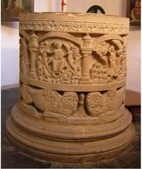 Der Taufstein in form einer Säulentrommel