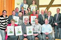 Die stellvertretende Bürgermeisterin Doris Kaiser und Manfred Rickhoff von der RWE überreichen die Urkunden, verbunden mit einem Preisgeld an die Preisträger.