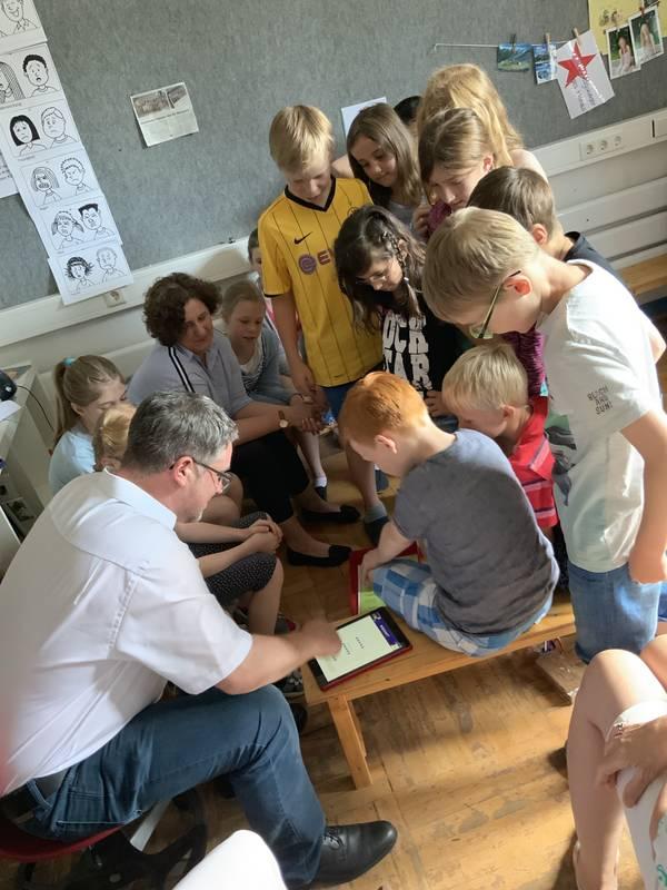 Bürgermeister Axel Linke bei den Kinder der Klasse 4a der Laurentius-Grundschule