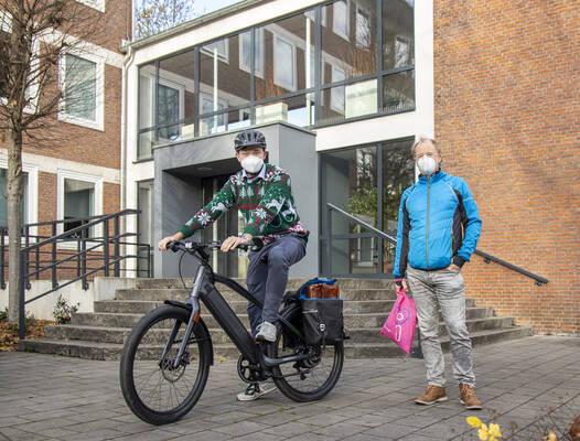 Bürgermeister Peter Horstmann und Klimaschutzbeauftragter Paul Hartmann mit dem neuen S-Pedelec der Stadtverwaltung