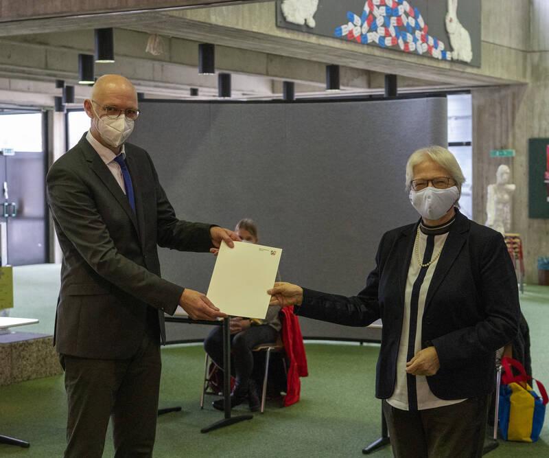 Schuldezernent Hermann Voss übergibt die Ruhestandsurkunde an Marlis Ermer