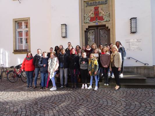 SchülerInnen und LehrerInnen aus Etrépagny im Rathaus empfangen
