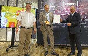 Lothar Schneider (Geschäftsführer EnergieAgentur.NRW) überreicht in Anwesenheit von Bürgermeister Axel Linke die Urkunde an Christoph Berger